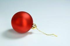 Glänzende rote Weihnachtsbaum-Verzierung alleine lizenzfreies stockbild