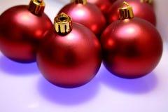 Glänzende rote Weihnachtsbaumkugeln Stockfotografie