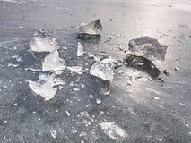 Glänzende Scherben des defekten Eises Abstraktes Stillleben von Eisschollen Stockfoto
