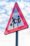 Glänzende Schulstraßenschildnahaufnahme mit Wolkenreflexionen Lizenzfreie Stockfotografie