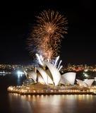 Glänzende Show des Goldes färbte die Feuerwerke, die über Sydney Opera House explodieren Stockfotografie