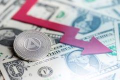 Glänzende silberne APHELION cryptocurrency Münze mit negatives Diagrammabbruch baisse fallender verlorener Wiedergabe Defizits 3d stockbilder