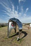 Glänzende Skulptur durch das Meer Stockfotos