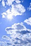 Glänzende Sonne des blauen Himmels lizenzfreie stockfotografie