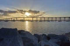 Glänzende Sonne, die über die Coronado-Brücke, San Diego California aufkommt lizenzfreie stockbilder
