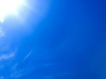 Glänzende Sonne im Himmel Stockfotos