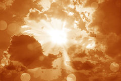 Glänzende Sonne am klaren orange Himmel und am Blendenfleck mit Kopienraum stockbild