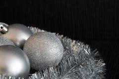 Glänzende und Balldekoration des strahlenden Silbers Weihnachts, dieauf silv liegt Lizenzfreies Stockbild