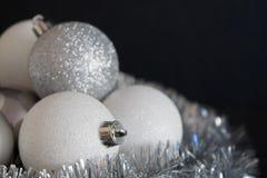 Glänzende und helle weißes Weihnachtsballdekoration, die auf silve liegt Stockfotos