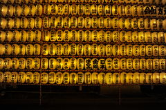 Glänzende votive Laternen während des Seelen-Festivals u. x28; Mitama Matsuri& x29; in Yasukuni-Schrein in Tokyo mit japanischer  Stockbilder