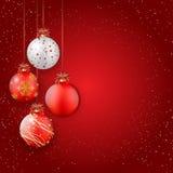 Glänzende Weihnachtsbälle auf rotem Hintergrund - Platz für Ihren Text Stockfoto