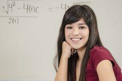Glänzender asiatischer Mathe-Student Stockfoto