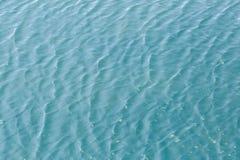 Glänzender blauer gewellter Wasseroberflächen-Kräuselungshintergrund Stockfoto