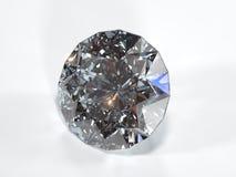 Glänzender Diamant auf einem weißen Hintergrund, Vorderansicht Stockbilder