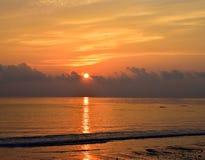 Glänzender glänzender gelber Sun, der am Horizont über Ozean mit goldener Reflexion im Wasser und hellen gelben warmen Farben im  lizenzfreies stockbild