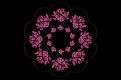 Glänzender gewellter Rahmen mit einem Kranz von Blumensträußen von magentaroten Blumen mit Blättern auf einem schwarzen Hintergru Lizenzfreies Stockbild
