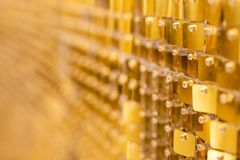 Glänzender goldener Mosaikglashintergrund stockbild