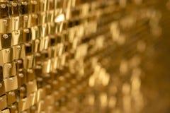 Glänzender goldener Mosaikglashintergrund lizenzfreie stockfotos