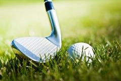 Glänzender Golfclub und Kugel auf dem Gras Lizenzfreie Stockfotografie