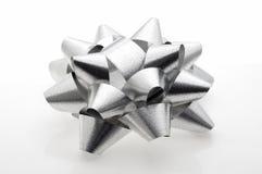 Glänzender grauer Papierfarbbandgeschenkbogen stockfoto