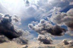 Glänzender Himmel mit Wolken Stockbilder
