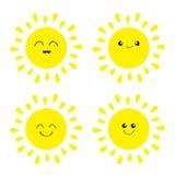 Glänzender Ikonensatz Sun Kawaii stellen mit verschiedenen Gefühlen gegenüber Lustiger lächelnder Charakter der netten Karikatur  Stockfotografie