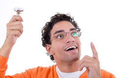 Glänzender Mann hat eine Idee, die Glühlampe wie ein Genie hält Lizenzfreie Stockfotografie