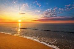 Glänzender Ozeanstrand lizenzfreies stockfoto