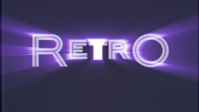 Glänzender RETRO- Worttext auf dem alten Computerfernsehvhs-Effektstörschubstörungsgeräuschschirmanimationsschwarzhintergrund nah stock footage