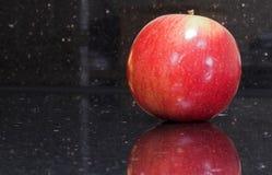 Glänzender roter Apfel Stockbild