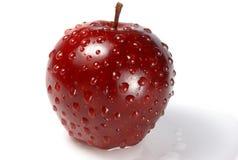 Glänzender roter Apfel in den Wassertropfen stockfotos