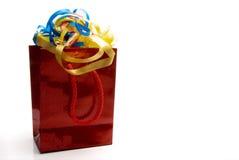 Glänzender roter Geschenk-Beutel und Farbbänder Stockfoto