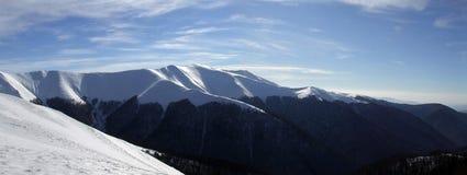 Glänzender Schnee auf den Bergen Stockfotos