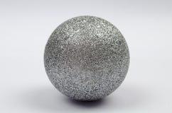 Glänzender silberner Ball der Dekorationen lokalisiert stockfotografie