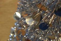 Glänzender silberner metallischer zusammenklappbarer Aluminiumbaum Stockfotos