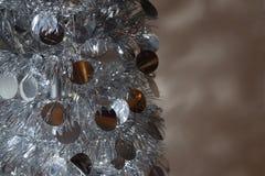 Glänzender silberner metallischer zusammenklappbarer Aluminiumbaum Stockfoto