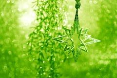 Glänzender silberner Stern mit grünen Leuchten Stockfotografie