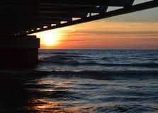 Glänzender Sonnenaufgang über dem Wasser vom Huronsee Stockbilder