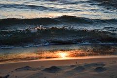 Glänzender Sonnenaufgang über dem Wasser vom Huronsee Stockfotografie