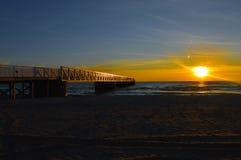 Glänzender Sonnenaufgang über dem Wasser vom Huronsee Stockbild