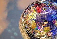 Glänzender Spiegelball mit bunten Höhepunkten an der Disco lizenzfreies stockbild