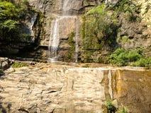 Glänzender Wasserfall auf schönem Felsen stockbilder
