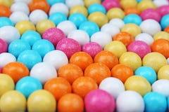 Glänzender Zucker beschichtete ringsum Schokoladenbälle als Hintergrund Mehrfarbige Beschaffenheit der Süßigkeitsbonbons Rundes S Stockbilder