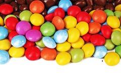 Glänzender Zucker beschichtete ringsum Schokoladenbälle als Hintergrund Mehrfarbige Beschaffenheit der Süßigkeitsbonbons Rundes S Stockfotos