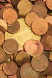 Glänzendes Bitcoin, das in einem Stapel des alten Eurocents begraben wird, prägt Lizenzfreies Stockbild
