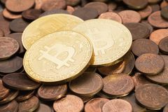 Glänzendes Bitcoins, das auf einen Stapel von alten Kupfermünzen des Eurocents legt Lizenzfreies Stockbild