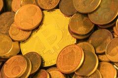 Glänzendes goldenes Bitcoin, das in einem Stapel des alten Eurocents begraben wird, prägt Lizenzfreies Stockbild