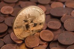 Glänzendes goldenes Bitcoin, das heraus vom Stapel des alten Eurocents haftet, prägt Lizenzfreie Stockbilder