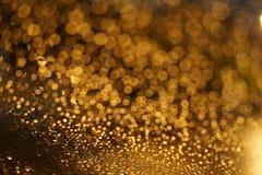 Glänzendes goldenes bokeh auf dem Fenster Lizenzfreies Stockbild
