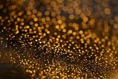 Glänzendes goldenes bokeh auf dem Fenster Stockfoto